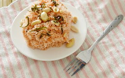 酥脆油煎的稀薄的米线用椰子提取乳脂顶部在板材的花生和切片柠檬叶子 库存图片