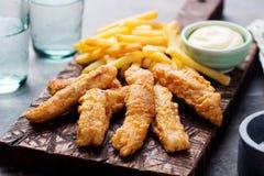 酥脆炸鱼加炸土豆片,调味汁 英国食物 免版税库存图片