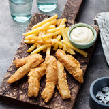 酥脆炸鱼加炸土豆片,调味汁 英国食物 免版税图库摄影