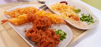 酥脆炸鸡和在板材供食的大虾天麸罗 库存图片