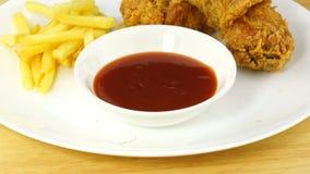 酥脆炸鸡用油煎的土豆和番茄酱在一块白色板材 影视素材
