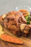 酥脆猪肉指关节或德国猪肉飞腓节 免版税库存照片