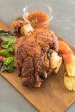 酥脆猪肉指关节或德国猪肉飞腓节 免版税库存图片