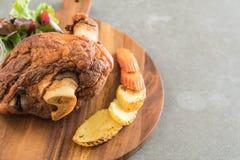 酥脆猪肉指关节或德国猪肉飞腓节 库存照片