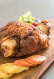 酥脆猪肉指关节或德国猪肉飞腓节 库存图片