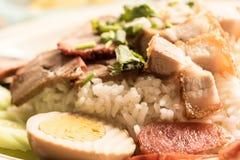 酥脆猪肉用米食物在泰国 免版税库存照片