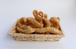 酥脆猪肉皮肤,在一个柳条筐的泰国样式食物 库存图片