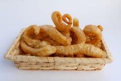 酥脆猪肉皮肤,在一个柳条筐的泰国样式食物 免版税库存图片