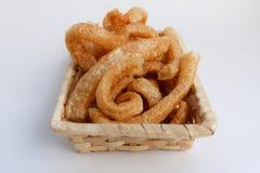 酥脆猪肉皮肤,在一个柳条筐的泰国样式食物 免版税库存照片