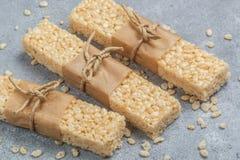 酥脆米酒吧用蜂蜜和蛋白软糖 库存图片