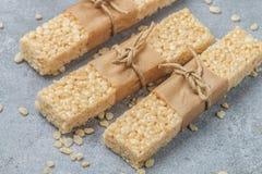 酥脆米酒吧用蜂蜜和蛋白软糖 免版税库存图片