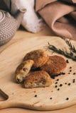 酥脆自创被烘烤的快餐土豆矿块Pille用鸡虾和乳酪 免版税库存图片