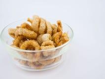 酥脆被油炸的猪肉皮肤或猪肉外皮在碗 免版税库存照片