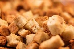 酥脆金黄新近地被嫩煎的油煎方型小面包片 免版税图库摄影
