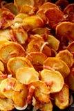 酥脆金黄油煎的土豆切片用烟肉 免版税库存图片