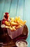 酥脆金黄炸薯条用番茄酱 免版税库存照片