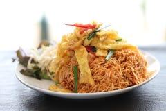 酥脆食物泰国油煎的面条 库存图片