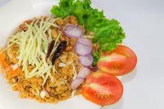 酥脆鲶鱼沙拉用绿色芒果 库存图片