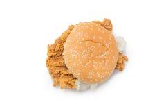 酥脆鸡汉堡顶视图用在白色的莴苣 免版税库存图片