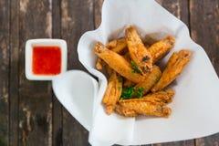 酥脆鸡翼泰国样式油煎了开胃菜或快餐用辣调味汁 图库摄影