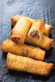 酥脆鸭子春卷 用东方菜、鸭子和海鲜酱填装 图库摄影