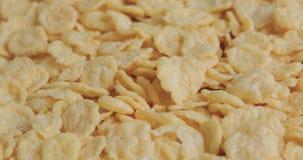 酥脆黄色玉米片的自转 股票视频