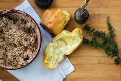 酥饼家庭烹饪和乳酪、金枪鱼和草本 免版税库存图片