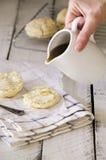 酪乳饼干用蜂蜜 图库摄影