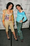 酯类纳什和她的出席第一天奔驰车时尚星期的姐妹。Smashbox, Culver市, CA. 10-16-05 图库摄影