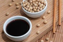 酱油和筷子 库存照片