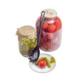 酱瓜和蕃茄在茶碟和在玻璃瓶子 免版税图库摄影