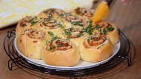 酵母滚动小圆面包用帕尔马干酪 刷子小圆面包用熔化的黄油和莳萝 影视素材