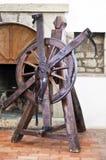 酷刑轮子在一座老城堡的 免版税库存图片