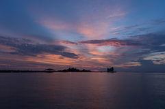 酸值与日落天空的Loi Sriracha剪影 库存图片