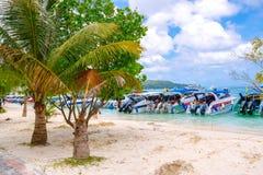 酸值发埃发埃唐海滩  krabi泰国 免版税库存图片