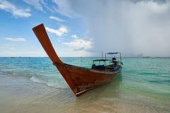 酸值发埃发埃,泰国- 11月10日:在酸值发埃发埃的长尾巴小船 库存图片