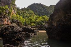 酸值在普吉岛,安达曼海附近的洪Phang Nga海湾 图库摄影