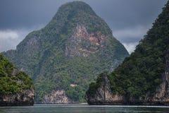 酸值在普吉岛,安达曼海附近的洪Phang Nga海湾 免版税图库摄影