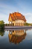 酸值在水的泰国的苏梅岛寺庙 免版税库存图片