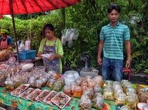 酸值张,泰国- 2017年7月06日;夜marke的贸易商 库存图片