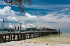 酸值有白色码头的荣Samloem海岛热带风景  免版税库存图片