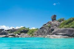 酸值没有的Similan 8有帆船岩石地标的海岛在Simil 库存图片