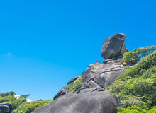 酸值没有的Similan 8有帆船岩石地标的海岛在Simil 库存照片