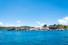 酸值没有的Similan 8有帆船岩石地标的海岛在Simil 免版税库存图片