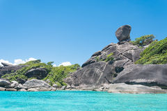 酸值没有的Similan 8有帆船岩石地标的海岛在Simil 免版税库存照片