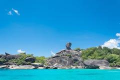 酸值没有的Similan 8有帆船岩石地标的海岛在Simil 免版税图库摄影