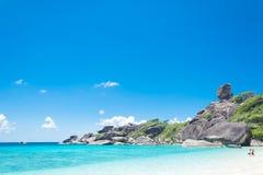 酸值没有的Similan 8有帆船岩石地标的海岛在Simil 图库摄影