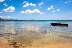 酸值的Samui,泰国热带海滩、小船和天蓝色海运 免版税库存图片