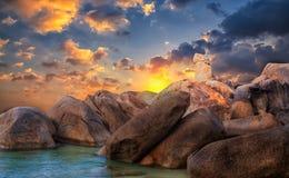 从酸值苏梅岛泰国海岛的岩石  免版税库存照片