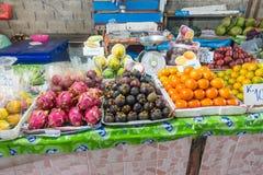 酸值苏梅岛,泰国- 2017年12月19日:另外种类热带水果 免版税库存照片